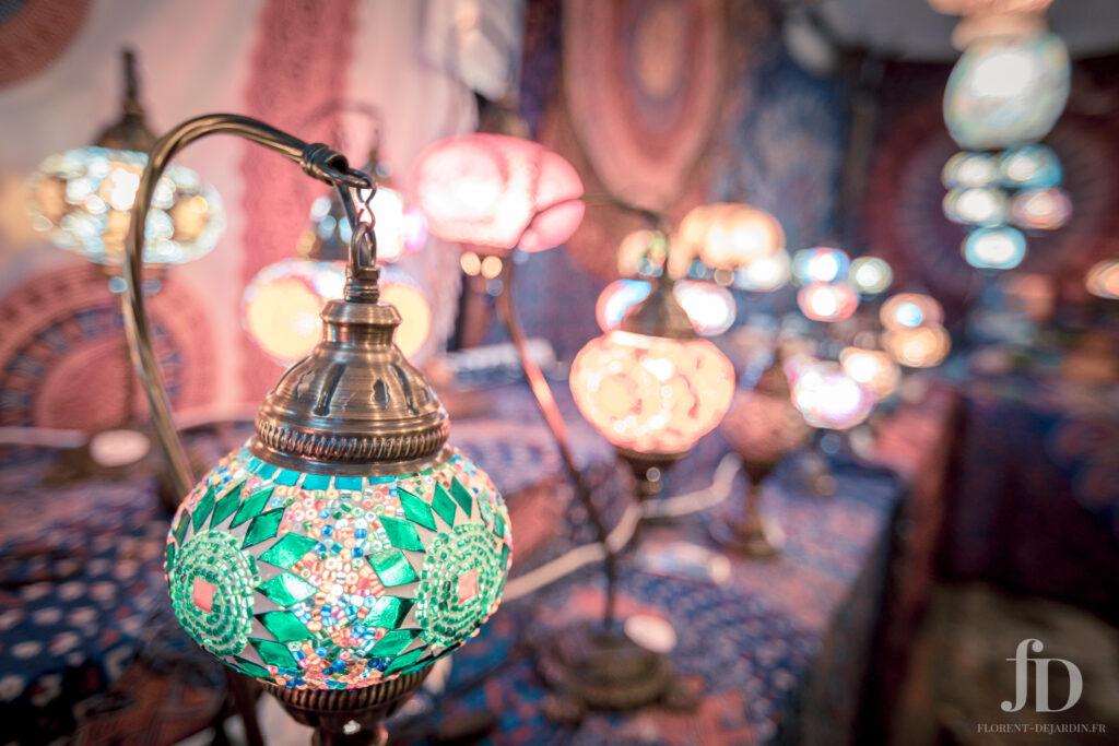 Lampes dans une échope du marché de Vic