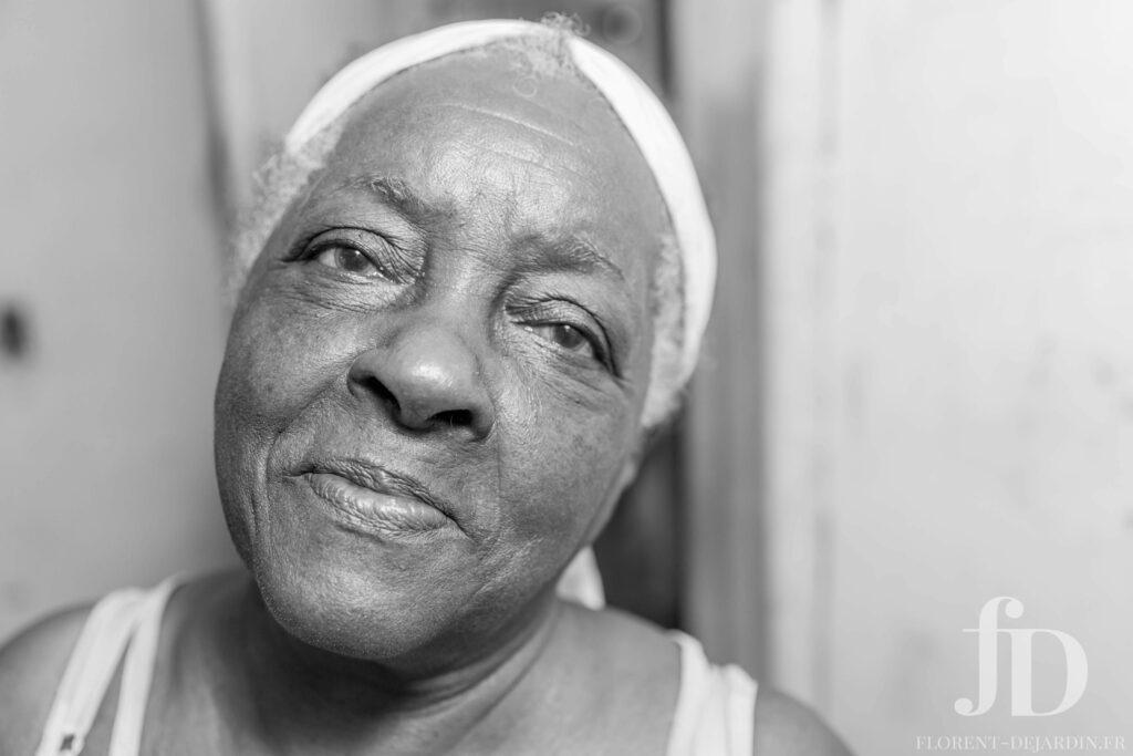 headshot d'une femme en noir et blanc