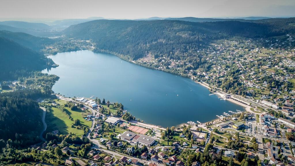 Vue aérienne du lac de Geradmer avec un drone