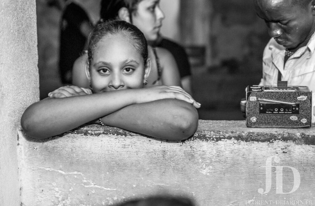 photographie en noir et blanc d'une femme cubaine